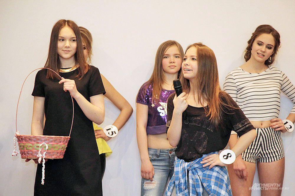 Некоторые каверзные вопросы ведущего заставили девушек задуматься над ответами.