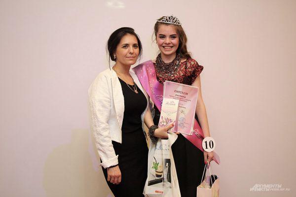 Счастливая обладательница короны и звания «Мисс Пермская жемчужина – 2016» вместе с мамой.