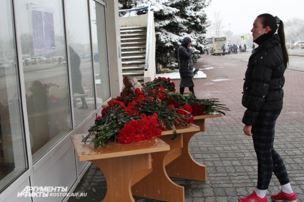 К вечеру трех столов уже не хватит, чтобы поместились все цветы. Сначала люди шли парами и в одиночку…