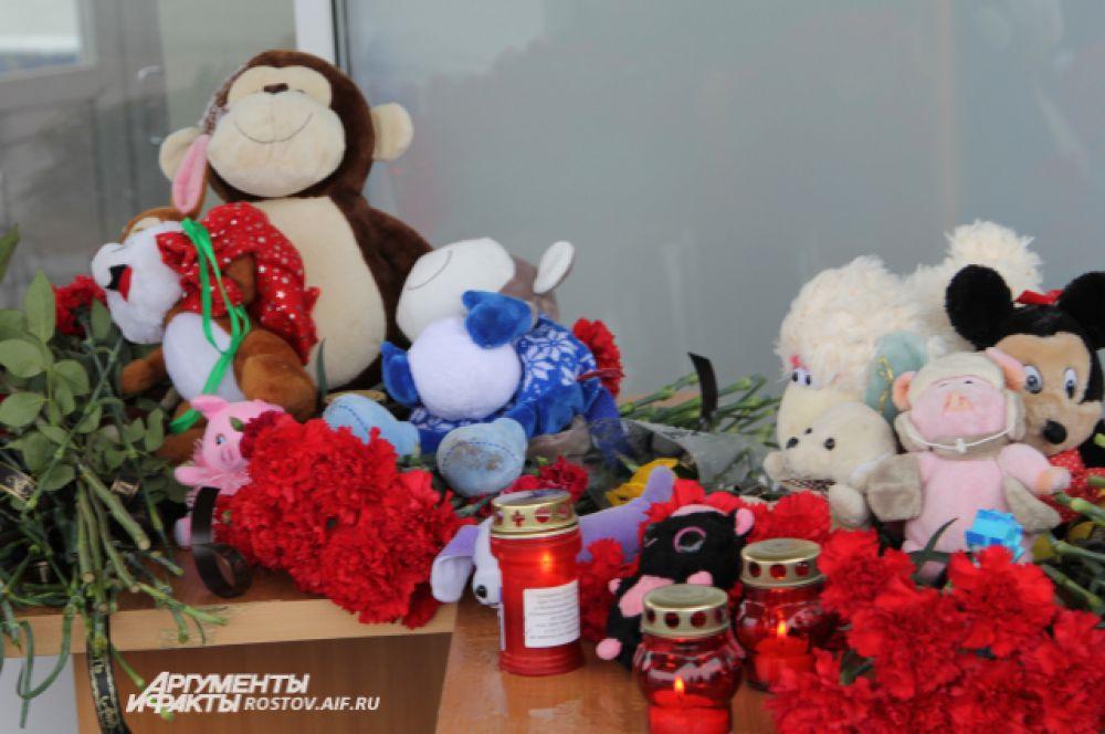 Мягкие игрушки – символ памяти о погибших детях.