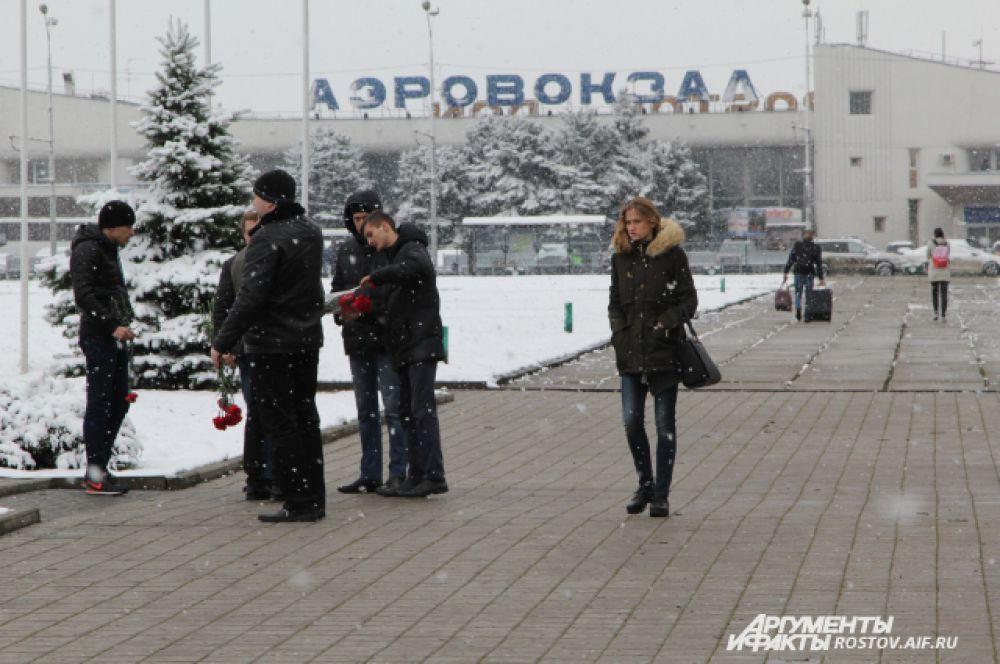 Вереницы людей с красными гвоздиками можно было увидеть еще на подходе к воздушной гавани Ростова.