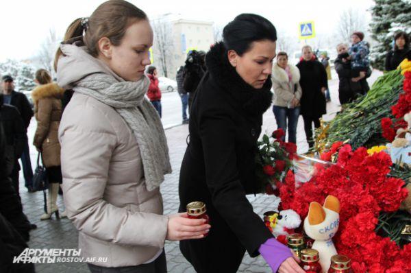 На игрушке написано «Скорбим, Ростов-на-Дону, 19 марта 2016».