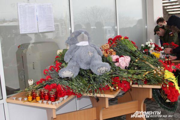 Плюшевого мишку принесла молодая пара. Почтить память погибших они пришли с маленьким ребенком.