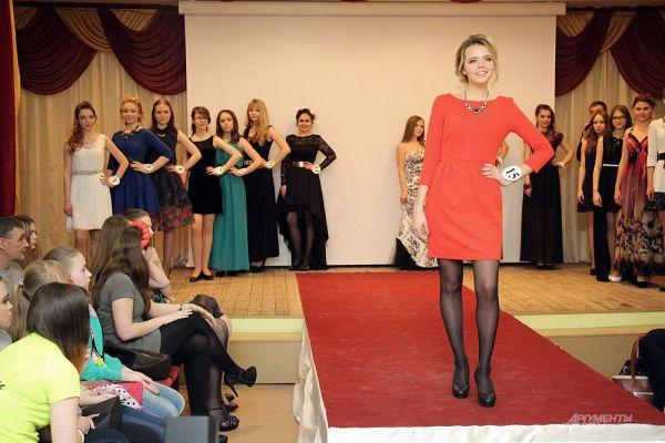 Дарья Лукова во время показа вечерних платьев.