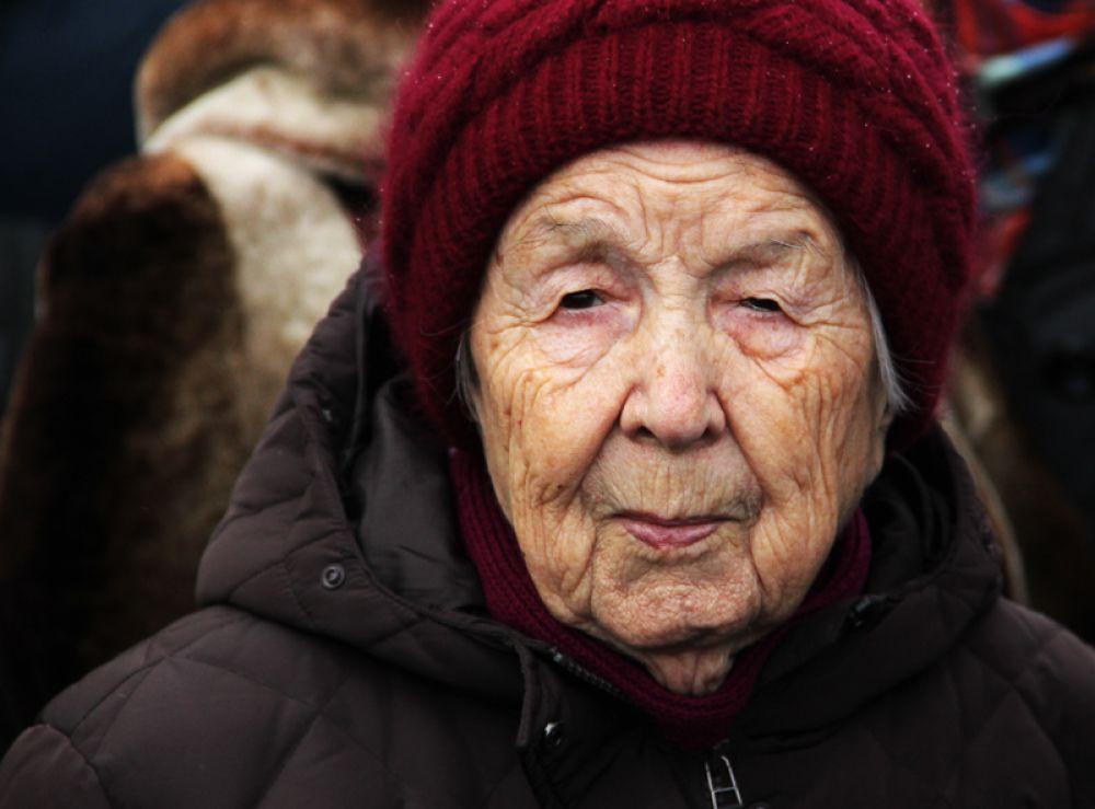 Исторический факт вхождения Крыма в состав России приветствуют люди пожилого возраста…