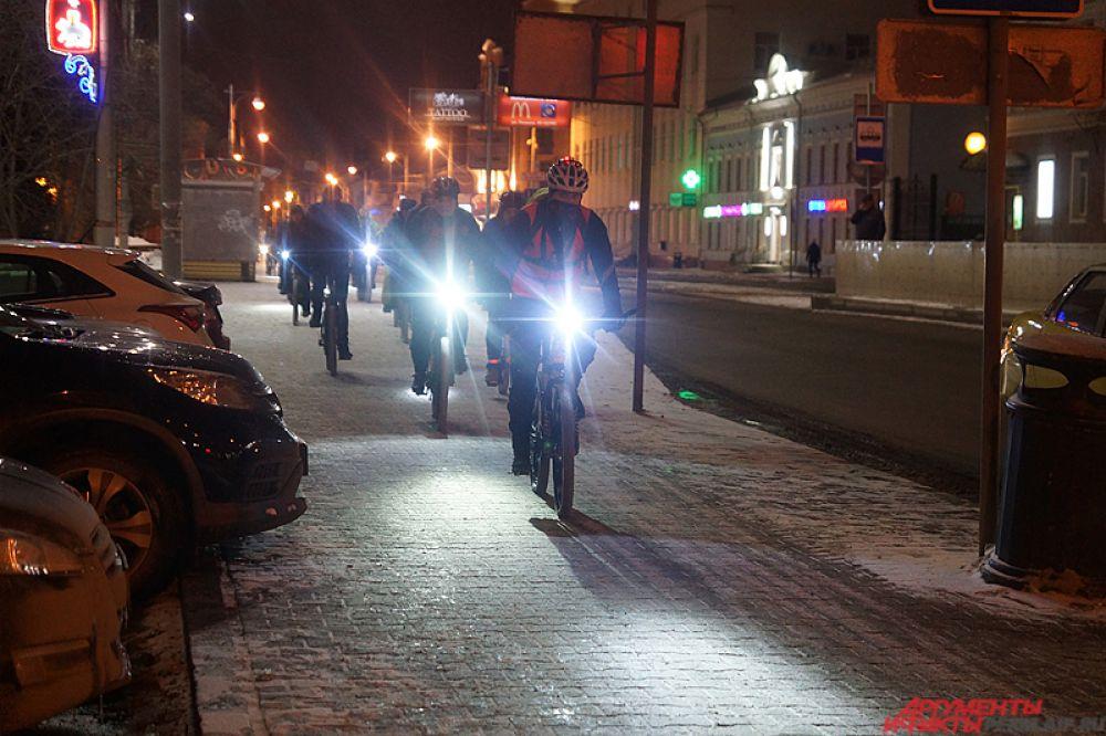 Проезжающие мимо водители сигналили велосипедистам.
