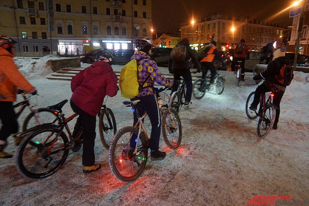 Колонна велосипедистов проехала по центральным улицам города.
