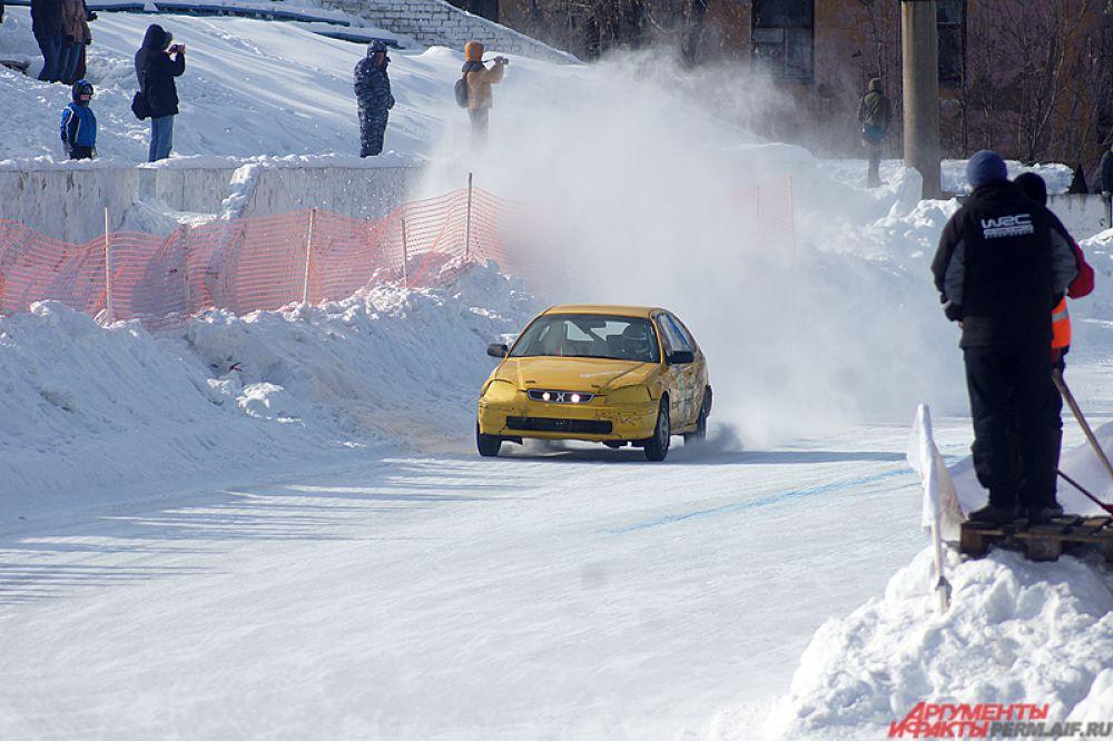 Вихри снега, драйв и рёв автомобилей, – именно за это зрители так любят автогонки на льду.