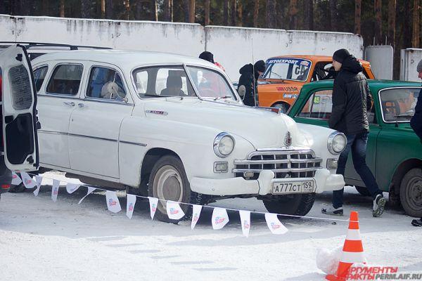 Для любителей классических автомобилей рядом с трибунами работала выставка ретро-автомобилей пермского музея «Ретро-гараж».