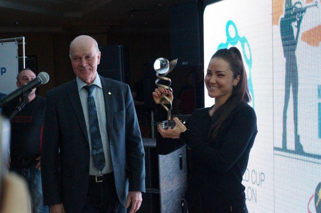 Президент IBU Андрес Бессеберг вручил Татьяне Акимовой приз за лучший дебют