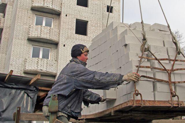 Нередко иностранцы работают в сфере строительства.