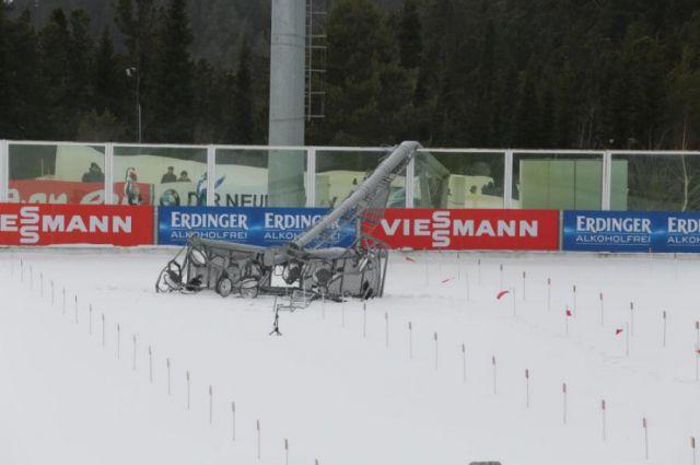 Рухнувшая мачта освещения на биатлонном стадионе в Ханты-Мансийске.