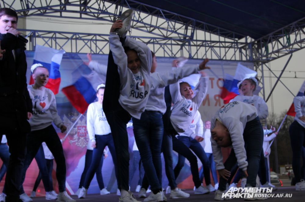 Завершилась массовая акция выступлением бывшего коллектива Луганской областной филармонии, а ныне ансамбля песни и танца Ростовского областного дома народного творчества - «Легенда».