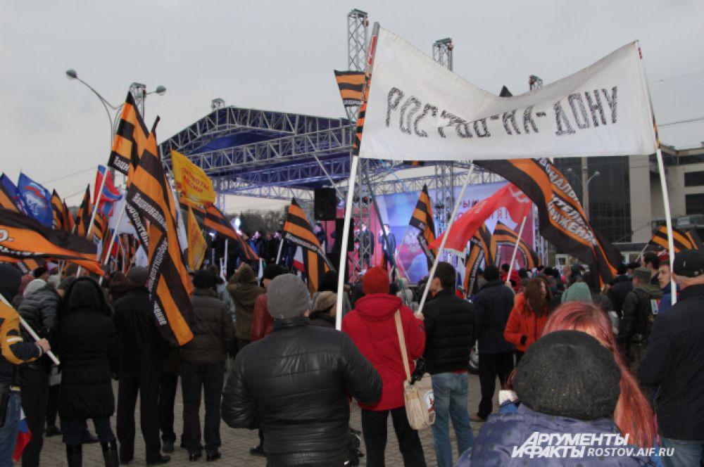 На Театральной площади донкой столицы собралось около десяти тысяч человек.