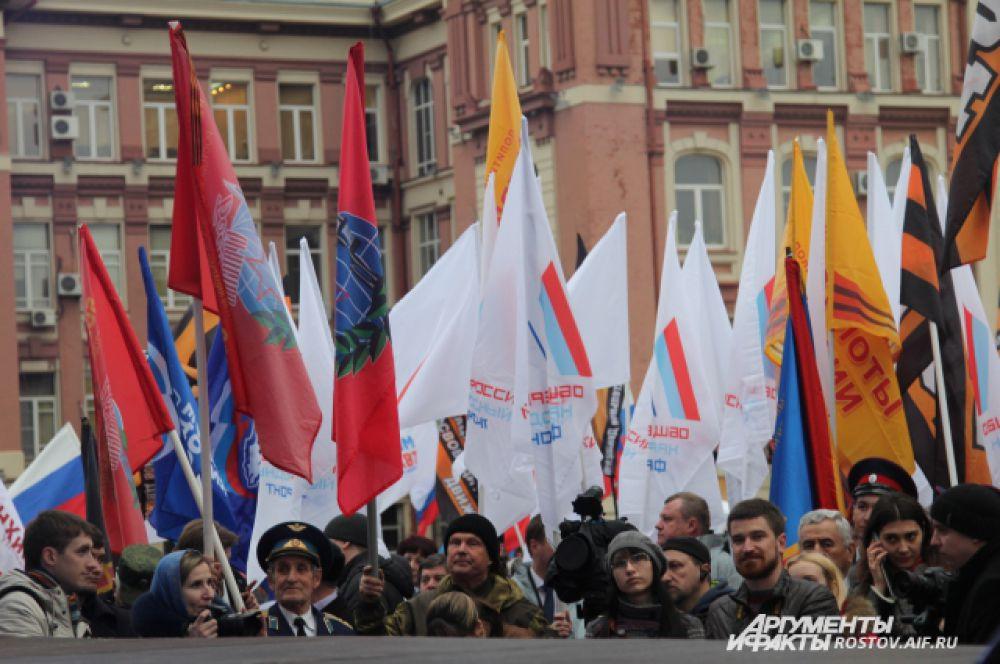 На площади развивались флаги общественных объединений, ветеранских и молодежных организаций, политических партий.
