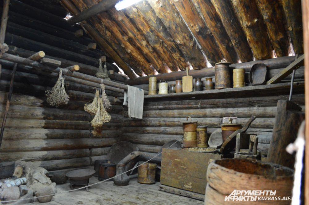 Крыша такой кухни строилась без гвоздей с трёхслойным покрытием – из брёвен и бересты.