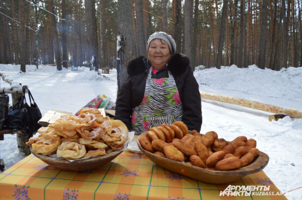 Телеутка Надежда Васильевна из Гурьевского района угощала гостей пирогами и хворостом, в который она добавляет немного… водки.