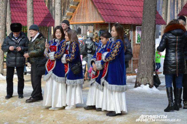 Алтайские народы довольно оживленно и трепетно принимали творчество своих «родных» - улыбались, подтанцовывали, а кто-то и подпевал.