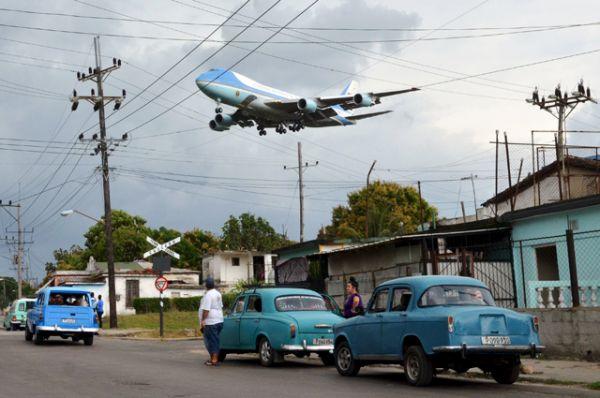 Президентский самолёт, пролетающий над окраиной Гаваны.
