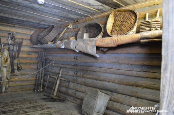 В амбаре, на врубленных в стену полках, обычно хранились туеса с продуктами, шкуры зверей, предметы охотничьего и рыболовного снаряжения и прочий хозяйственный инвентарь.