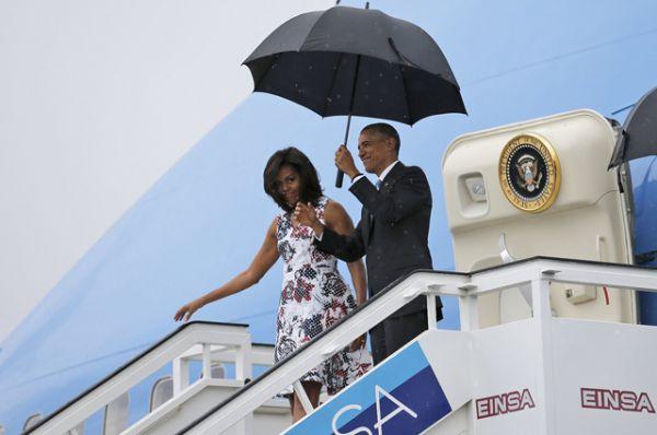 Президент США Барак Обама и егр супруга Мишель Обама выходят из самолёта.