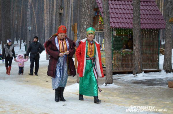 Люди в традиционных нарядах тут смотрелись вполне органично и вписывались в общую атмосферу.