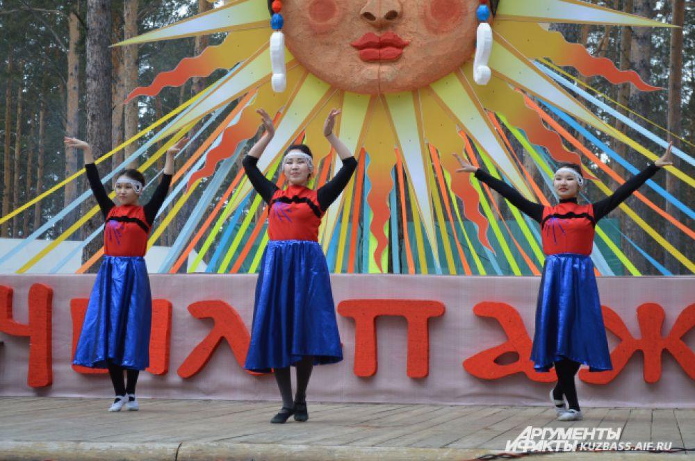 Для посетителей выступали различные шорские, телеутские, тувинские народные коллективы, представляющие свои интересные самобытные пенсии и танцы.