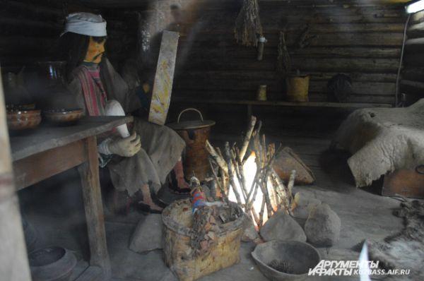 Также в музее можно увидеть домик с манекеном шамана.