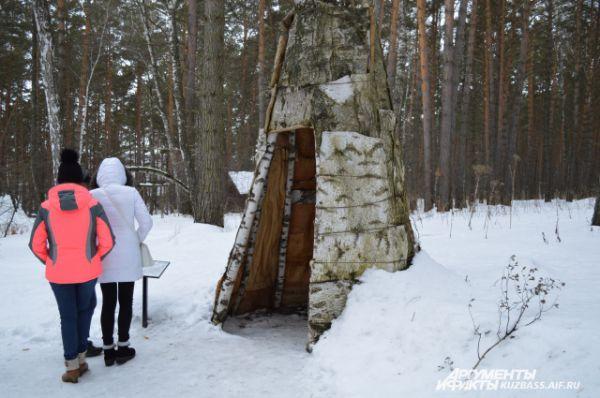 Это шорский свадебный шалаш одаг – по традициям, молодожёны должны были прожить там три дня. Сейчас в этом шалаше можно загадать желание на любовь.