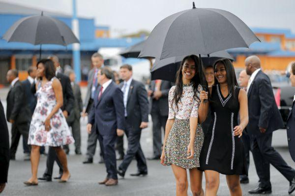 Дочери Барака Обамы, Малия и Саша, в аэропорту Гаваны.
