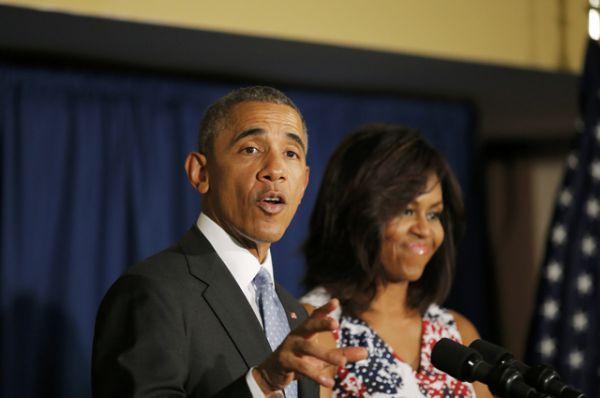 Президент Обама и его жена общаются с сотрудниками посольства США в Гаване.
