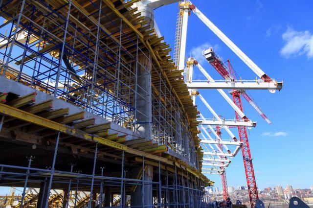 На строительстве стадиона «Ростов-Арена» круглые сутки кипит работа.