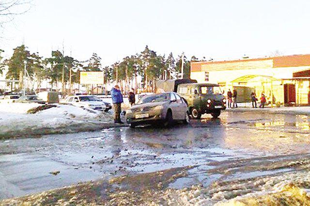 На улице Щорса в Кинешме под колёсами автомобиля обвалилась дорога.