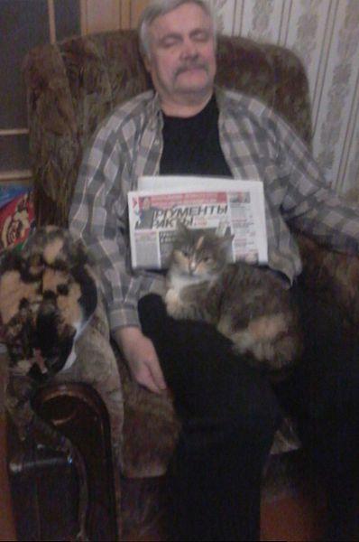 Восьмое место занял умиротворяющий дуэт кота и хозяина, отдыхающих после чтения любимой газеты. Фото прислала Ирина К.