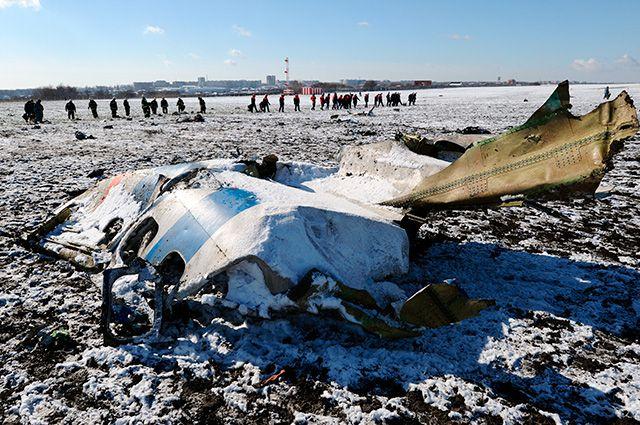На месте крушения пассажирского самолёта Boeing 737-800, который разбился при посадке в аэропорту Ростова-на-Дону.