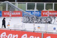 Стрельбище с упавшей мачтой освещения на стадионе.