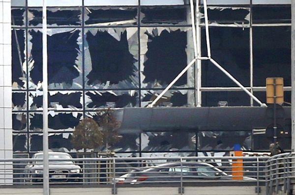 Выбитые стекла в здании международного аэропорта в Брюсселе.