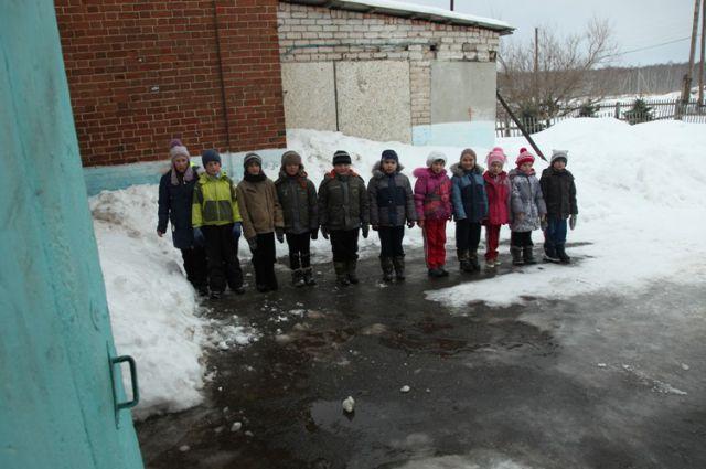 Всех 11 учеников начальной школы села Ларино пересчитывают после урока физкультуры.