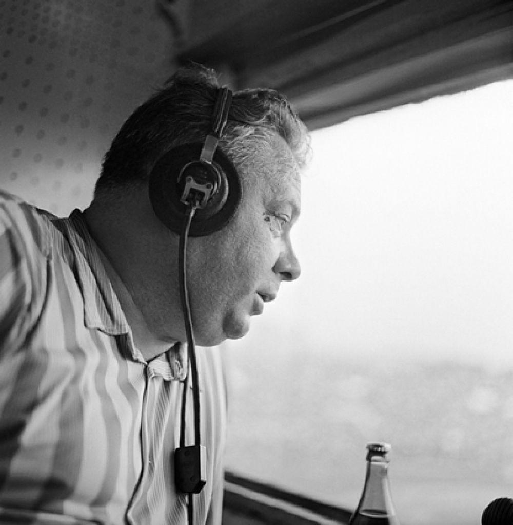 Николай Озеров — спортивный комментатор радио и телевидения в 1950-1988 годах. Вёл репортажи с пятнадцати Олимпийских игр, тридцати чемпионатов мира по хоккею, восьми чемпионатов мира по футболу и шести чемпионатов Европы по футболу.
