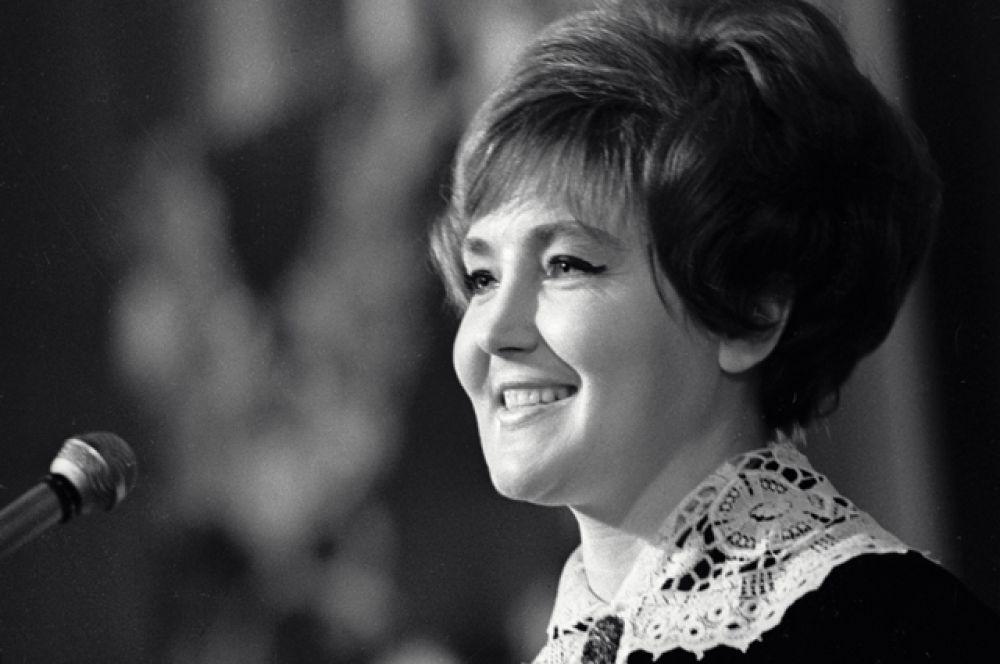 Светлана Жильцова — с 1958 года ведущая «КВН», «Спокойной ночи, малыши», «Песня Года» в паре с Александром Масляковым.
