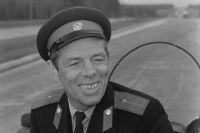 В фильме «Берегись автомобиля» Георгий Жжёнов исполнил небольшую роль автоинспектора.