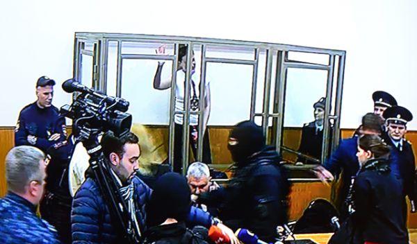 Гражданка Украины Надежда Савченко, обвиняемая по делу о гибели российских журналистов в Донбассе в зале заседаний Донецкого городского суда Ростовской области.