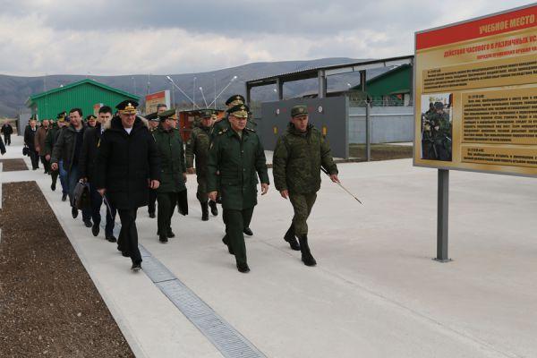 Глава военного ведомства также осмотрел расположение караульного городка соединения