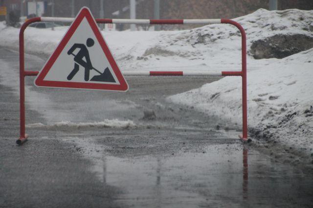 Омичи считают, что лучше пустить деньги на ремонт дорог, чем тратить их на пышные празднества.