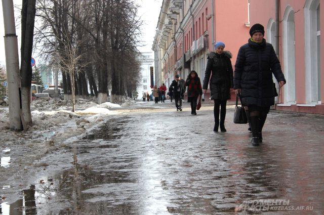 Из-за наледи пешеходы вынуждены «кататься» по тротуарам.
