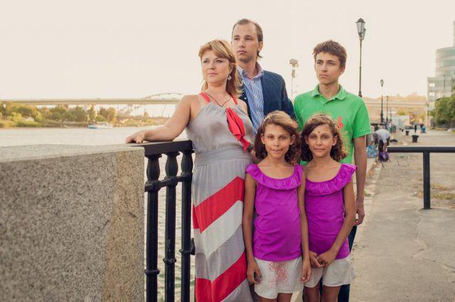 После смерти мужа Екатерина одна воспитывает четверых детей.
