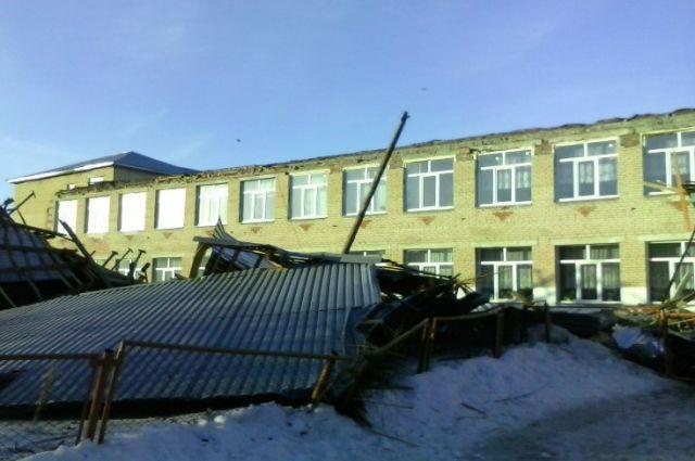 Крышу со здания школы в Кунашаке срывает непогодой уже второй раз за последние шесть лет.
