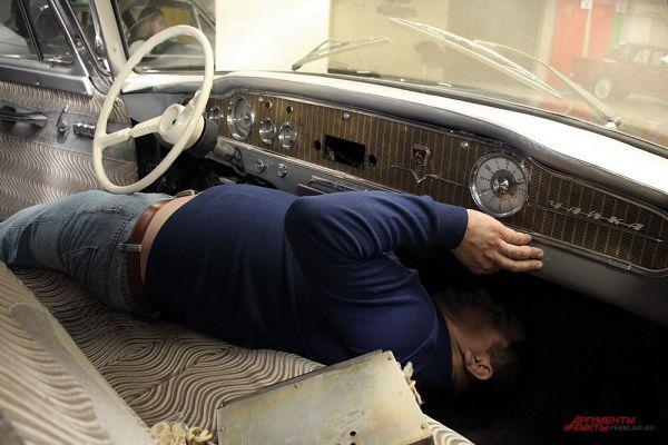 Андрей согнулся «в три погибели». Не так просто понять, как подключить приёмник в таком автомобиле.