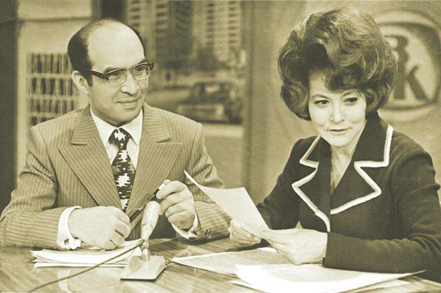 Ведущие Абдулла Дубин и Иркэ Сакаева в телестудии (1974 год).