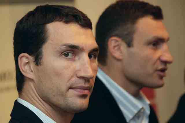 Владимир Кличко (слева) и Виталий Кличко.